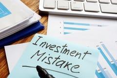 Λάθος επένδυσης που γράφεται στα οικονομικά έγγραφα στοκ εικόνες