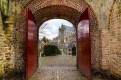 Λάιντεν, Ολλανδία, άποψη εκκλησιών Pieterskerk μέσω της παλαιάς πύλης Στοκ Φωτογραφία