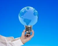 Λάμπα φωτός της μορφής σφαιρών με την ανθρώπινη εκμετάλλευση χεριών Στοκ φωτογραφία με δικαίωμα ελεύθερης χρήσης