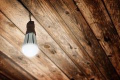Λάμπα φωτός των νέων λάμποντας οδηγήσεων που εγκαθίσταται σε μια παλαιά υποδοχή E27 σε Lig Στοκ Φωτογραφίες