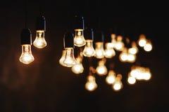 Λάμπες φωτός πέρα από τη σκοτεινή σύσταση στοκ εικόνα