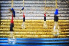 Λάμπες φωτός που κρεμούν στην αγορά στοκ φωτογραφίες με δικαίωμα ελεύθερης χρήσης