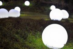 Λάμπες φωτός στη χλόη Στοκ Εικόνες