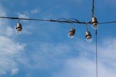 Λάμπες φωτός στο υπόβαθρο μπλε ουρανού Στοκ εικόνες με δικαίωμα ελεύθερης χρήσης
