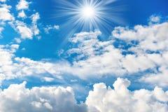 Λάμποντας ήλιος και ακτίνες στο μπλε ουρανό Στοκ φωτογραφίες με δικαίωμα ελεύθερης χρήσης