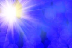 Λάμποντας ήλιος και μπλε φλόγα φακών Στοκ εικόνα με δικαίωμα ελεύθερης χρήσης