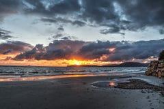 Λάμποντας ήλιος και σκοτεινά σύννεφα στο ηλιοβασίλεμα Στοκ Εικόνες