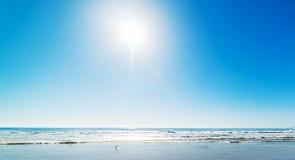Λάμποντας ήλιος πέρα από την ακτή της Σάντα Μόνικα Στοκ φωτογραφία με δικαίωμα ελεύθερης χρήσης