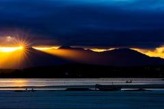 Λάμποντας ήλιος στο ηλιοβασίλεμα Στοκ Φωτογραφία