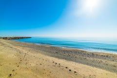 Λάμποντας ήλιος και μπλε θάλασσα Marina Di Cardedu Στοκ Φωτογραφίες