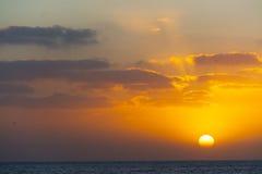 Λάμποντας ήλιος πέρα από την ακτή Alghero Στοκ Φωτογραφίες