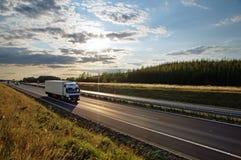Λάμποντας ήλιος πέρα από την εθνική οδό, άσπρο φορτηγό στο δρόμο Στοκ φωτογραφίες με δικαίωμα ελεύθερης χρήσης