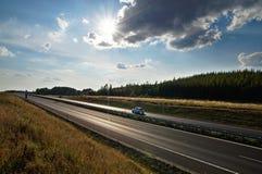 Λάμποντας ήλιος πέρα από την εθνική οδό, ακτίνες του φωτός Στοκ φωτογραφίες με δικαίωμα ελεύθερης χρήσης