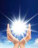 Λάμποντας ήλιος στο σαφή μπλε ουρανό με το διάστημα αντιγράφων Στοκ εικόνες με δικαίωμα ελεύθερης χρήσης
