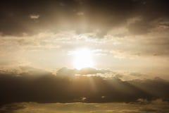 Λάμποντας γούρνα ελαφριών ακτίνων τα σύννεφα Στοκ εικόνες με δικαίωμα ελεύθερης χρήσης