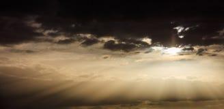 Λάμποντας γούρνα ελαφριών ακτίνων τα σύννεφα Στοκ φωτογραφία με δικαίωμα ελεύθερης χρήσης