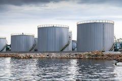 Λάμποντας δεξαμενές πετρελαίου στην ακτή Μαύρης Θάλασσας στο λιμένα της Βάρνας Στοκ Εικόνες