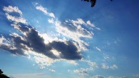 Λάμποντας και κινούμενη σύννεφων διάβαση ήλιων θερινού ουρανού φιλμ μικρού μήκους