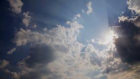 Λάμποντας και κινούμενη σύννεφων διάβαση ήλιων θερινού ουρανού απόθεμα βίντεο