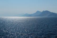 Λάμποντας μακρινές νησιά και θάλασσα στοκ εικόνες