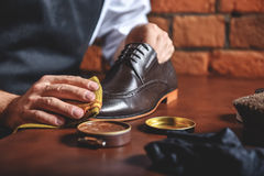 Λάμποντας παπούτσια ατόμων με ένα κουρέλι στοκ φωτογραφίες με δικαίωμα ελεύθερης χρήσης