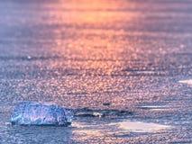 Λάμποντας ραγισμένες κλίσεις επιπλέοντος πάγου πάγου στο παγόβουνο στην μπλε λιμνοθάλασσα Ζωηρά θερμά χρώματα Στοκ φωτογραφίες με δικαίωμα ελεύθερης χρήσης