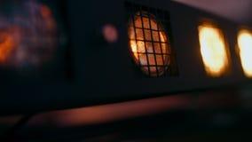 Λάμποντας φορητός πυροβολισμός πινάκων disco ελαφρύς Αναβοσβήνοντας το θερμό κίτρινο προβολέα πιό τυφλό στο κόμμα νυχτερινών κέντ απόθεμα βίντεο