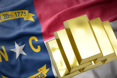 Λάμποντας χρυσές ράβδοι στην κρατική σημαία της βόρειας Καρολίνας Στοκ Εικόνες