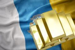 Λάμποντας χρυσές ράβδοι στη σημαία Κανάριων νησιών Στοκ εικόνα με δικαίωμα ελεύθερης χρήσης