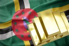 Λάμποντας χρυσές ράβδοι στη σημαία της Δομίνικας Στοκ φωτογραφίες με δικαίωμα ελεύθερης χρήσης