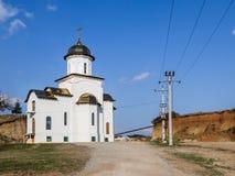 Λάμποντας χρυσοί θόλοι της εκκλησίας του Άγιου Βασίλη στις ακτίνες του ήλιου ρύθμισης που βρίσκεται κοντά στην πόλη Brasov στη Ρο Στοκ Εικόνες