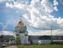 Λάμποντας χρυσοί θόλοι μιας ρωσικής Ορθόδοξης Εκκλησίας σε Barnaul Στοκ Φωτογραφία