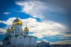 Λάμποντας χρυσοί θόλοι μιας ρωσικής Ορθόδοξης Εκκλησίας σε Barnaul Στοκ Φωτογραφίες