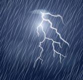 Λάμψη αστραπής και δυνατή βροχή στο σκοτεινό ουρανό απεικόνιση αποθεμάτων