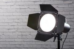Λάμψη με το στροβοσκόπιο εξοπλισμού φωτογραφιών πορτών σιταποθηκών στη στάση στο θόριο στοκ εικόνες με δικαίωμα ελεύθερης χρήσης