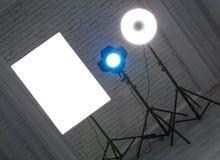 Λάμψη με το στροβοσκόπιο εξοπλισμού φωτογραφιών πορτών σιταποθηκών στη στάση στο θόριο στοκ εικόνα με δικαίωμα ελεύθερης χρήσης