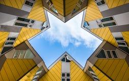 Λάμψη Simmetry μεταξύ των κίτρινων κυβικών σπιτιών και των διαμερισμάτων στο Ρότερνταμ Οι Κάτω Χώρες στοκ φωτογραφία με δικαίωμα ελεύθερης χρήσης