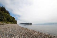 Λάμψτε ακτή κρατικών πάρκων Tidelands του κόλπου Bywater κοντά στο λιμένα Ludlow στον ήχο Puget στο πολιτεία της Washington στοκ φωτογραφία