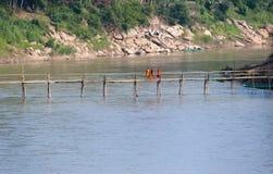 Λάος luang prabang Μοναχοί που διασχίζουν την ξύλινη γέφυρα Στοκ εικόνες με δικαίωμα ελεύθερης χρήσης