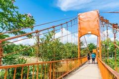 Λάος vang vieng 12 Μαΐου 2017: Πορτοκαλιά γέφυρα χρώματος στη σπηλιά Jung Στοκ εικόνες με δικαίωμα ελεύθερης χρήσης