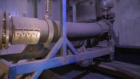Λάσπη που παραμένει μετά από την κατεργασία ύδατος λυμάτων υλικό για την παραγωγή βιοαερίων απόθεμα βίντεο