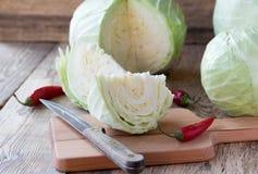 Λάχανο Cutted στον τέμνοντα πίνακα Στοκ Εικόνες