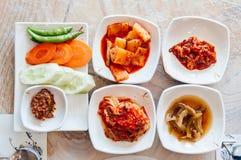 Λάχανο, daikon Kimchi και μικρά πιάτα τροφίμων μερίδας κορεατικά δευτερεύοντα στοκ φωτογραφία