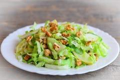 Λάχανο slaw με το αχλάδι και τα ξύλα καρυδιάς Γρήγορα αχλάδι και λάχανο slaw σε ένα πιάτο Πλούσια τρόφιμα βιταμινών Στοκ φωτογραφία με δικαίωμα ελεύθερης χρήσης