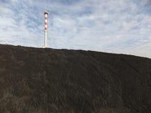 Λέβητας άνθρακα καπνοδόχων και αποθήκευση του λεπτού άνθρακα Στοκ Φωτογραφία