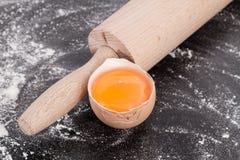 Λέκιθος αυγών με την κυλώντας καρφίτσα Στοκ φωτογραφία με δικαίωμα ελεύθερης χρήσης
