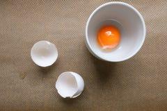 Λέκιθος αυγών σε ένα φλυτζάνι και κοχύλια άσπρων αυγών Στοκ εικόνες με δικαίωμα ελεύθερης χρήσης