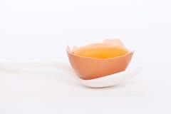 Λέκιθος αυγών σε ένα φλυτζάνι αυγών Στοκ εικόνες με δικαίωμα ελεύθερης χρήσης