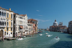 Λέμβοι ταχύτητας στο πολυάσχολο μεγάλο κανάλι στη Βενετία, Ιταλία Στοκ εικόνα με δικαίωμα ελεύθερης χρήσης