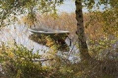 Λέμβος στη λίμνη στοκ φωτογραφίες